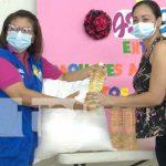 Entrega de paquetes a madres de partos múltiples en Managua