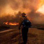 Incendios en EE.UU y Canadá consumen los recursos de los bomberos