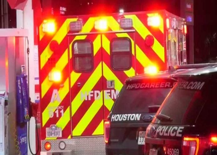 Se roba ambulancia a punta de pistola con paciente y paramédicos a bordo