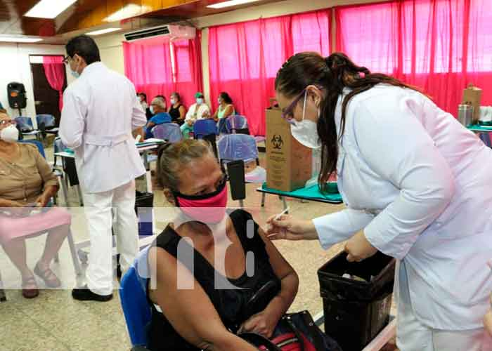 Mujer aplicándose la vacuna contra el Covid-19 en Managua