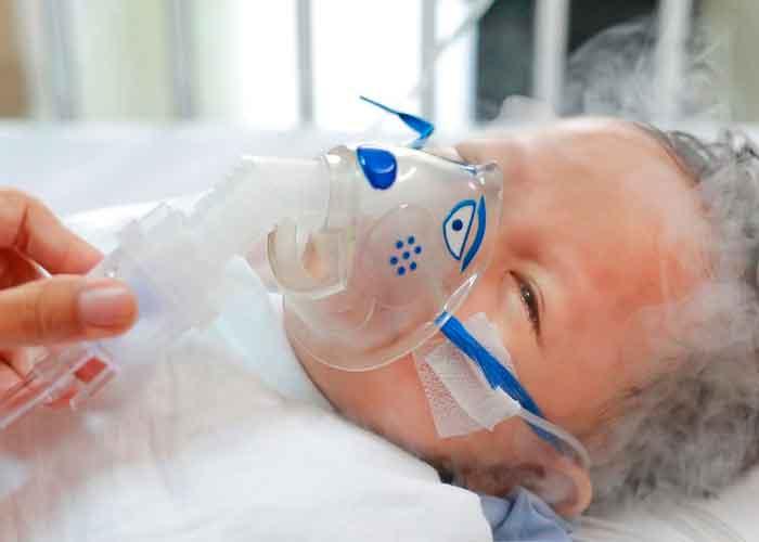 Menor de edad nebulizandose