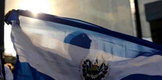 Joven con la bandera de El Salvador