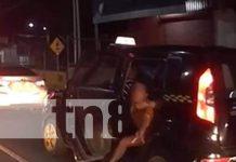 Momento del supuesto secuestro de una mujer en un taxi en Managua