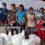Entrega de paquetes alimenticios a mujeres de partos múltiples en Siuna