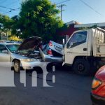 Por irrespetar las señales de tránsito, vehículos colisionaron en Managua