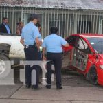 Carro que chocó contra un muro en Bluefields tras un accidente