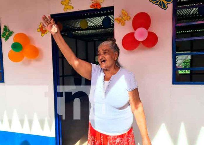 Doña Gloria Margarita López, levanta las llaves de su vivienda en Laureles Sur / FOTO / TN8