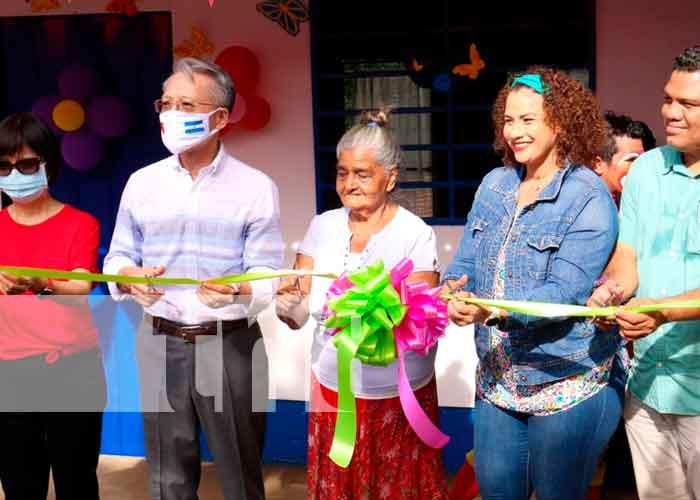 Doña Gloria Margarita López recibiendo su vivienda con la Alcaldesa y el Embajador de Taiwán