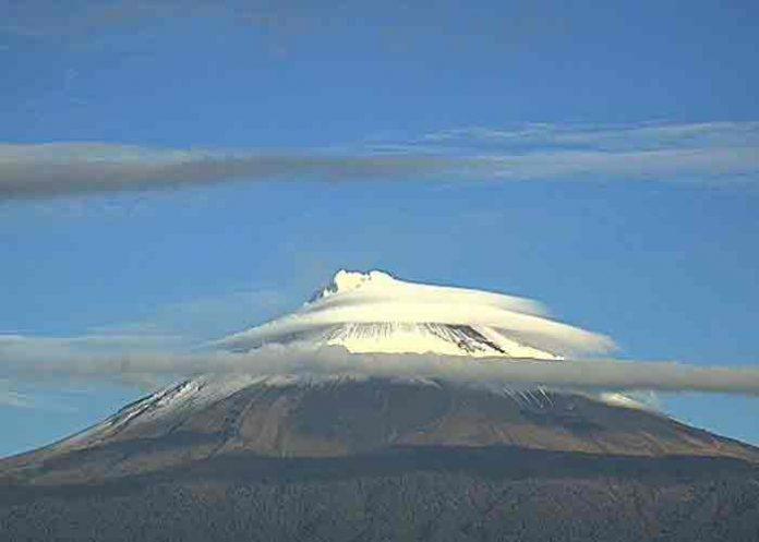 """La Luna, Venus y Marte """"caen"""" sobre el volcán Popocatépetl, México"""