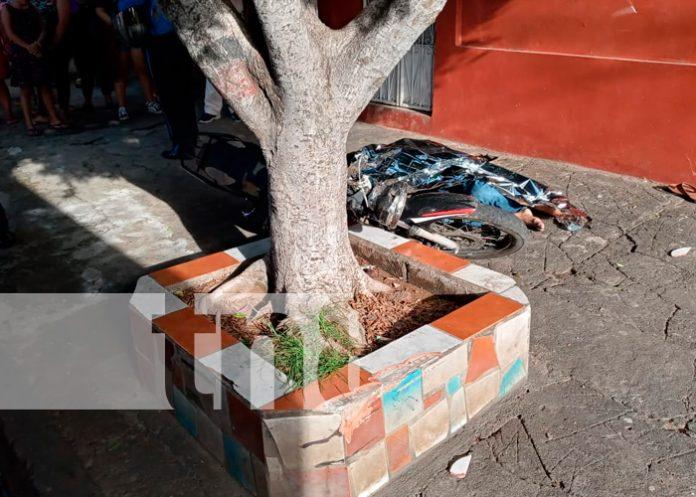 Motociclista muere al estrellarse contra una vivienda en la colonia Máximo Jerez