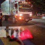 Peatón muere al ser atropellado por un camión