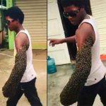 Un joven sorprende al trasladar una colmena abejas en su brazo (VIDEO)