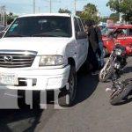 """""""No pudo esquivarlo"""": Motociclista choca con una camioneta y termina golpeado / FOTO / TN8"""