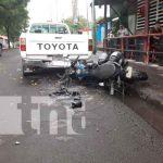 La mala maniobra de un taxista casi mata a un motorizado en Managua / FOTO / TN8