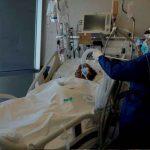 Enfermera atendiendo a un paciente con la variante Delta