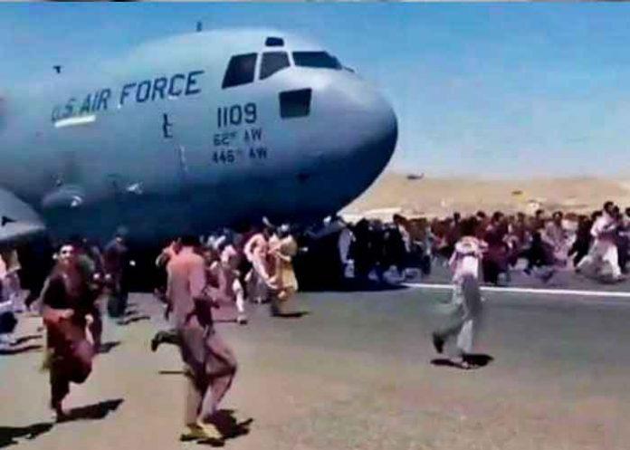 Miles de afganos en el aeropuerto de Kabul