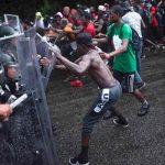 Con golpes intentan frenar caravana de migrantes que buscan trabajo en México