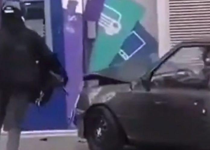 Foto: Intentaban robar un cajero con su vehículo y terminan 'a pie' y 'palmados' / Referencia