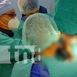 Momento en que se hace cirugía de rodillas en el Hospital Manolo Morales