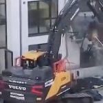 Foto: Contratista destruye un edificio que construyó porque no recibió su pago / Twitter
