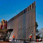 Varias personas trabajando en el muro fronterizo de EE.UU.