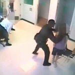 Brutal: Un policía estadounidense agarró del cuello una niña y la tiró al suelo