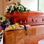 """En pleno funeral mujer """"perrea"""" en ropa interior sobre el ataúd de su novio"""