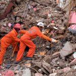 personal en busca de fallecidos tras el terremoto en Haití