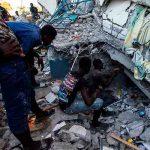 Personas en los escombros de un edificio tras el terremoto en Haití