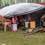 Una familia haitiana a la intemperie