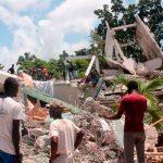 Varias personas en labores de rescate tras el terremoto en Haití
