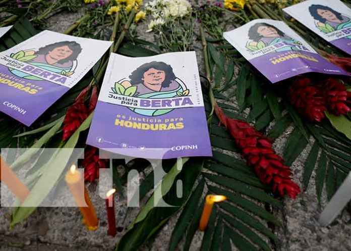 Volantes con la imagen de Berta Cáceres, hondureña y activista ambiental y de derechos indígenas que fue asesinada / FOTO / AP