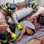 Bomberos rescatan a un anciano que cayó en una alcantarilla