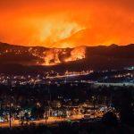 """""""Deben irse ahora"""": Enorme incendio rodea a un poblado en California / FOTO / CBS News"""