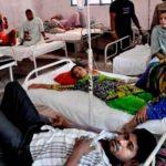 Varias personas en sala de emergencia en la India