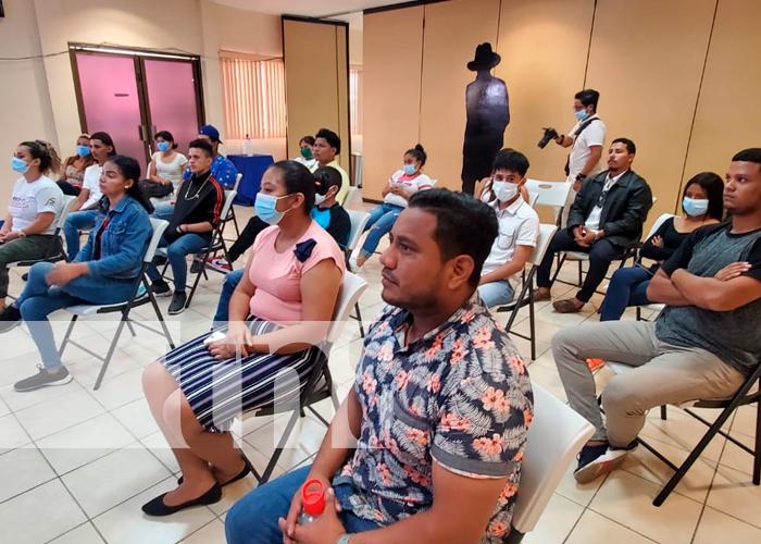 Jóvenes en Nicaragua conocen como crear paginas web