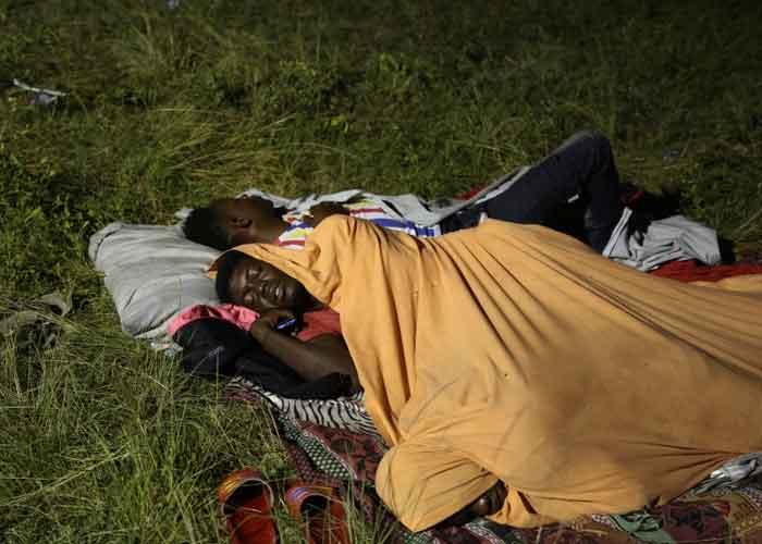 Personas haitianas durmiendo en la intemperie