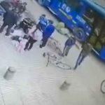 Mujer casi pierde la vida al caer a una alcantarilla junto a su bebe Bogotá