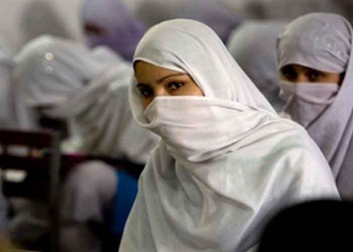 Una mujer fue agredida por más de 400 hombres afganos