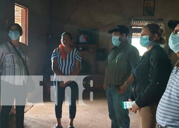 La familia del niño siendo visitados por las autoridades municipales