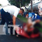 Motociclista impacta fuertemente a peatón