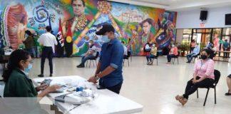 Entrega de pago a trabajadores del MINED con el aumento salarial