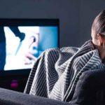 Una mujer sentada viendo una película de terror en su tv / Imagen referencial / Pixabay