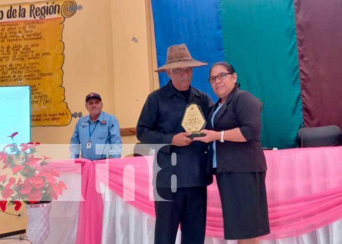Entregan Orden de Autonomía a maestro abnegado por la lucha contra el analfabetismo en el Caribe