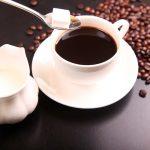 Imagen de una personas endulzando una taza de café / FOTO / Pixabay