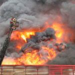 Incendio en almacén dejó una densa columna de humo negro en Estambul