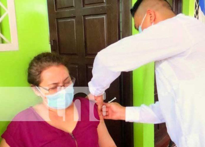 Aplicación de vacunas contra el COVID-19 en Jalapa