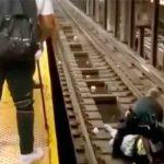 Momento en que un policía rescata al hombre de las vías del metro