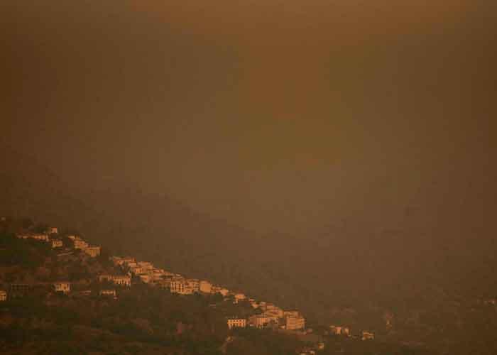 Alrededor de 500 bomberos y 51 aviones lanzadores de agua tratan de apagar este fuego