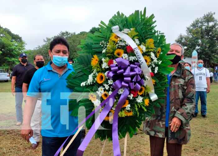 Trabajadores de ENABAS depositan ofrenda floral a héroes nacionales